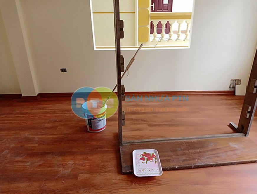 Thi công sàn nhựa hèm khóa tại Long Biên 3