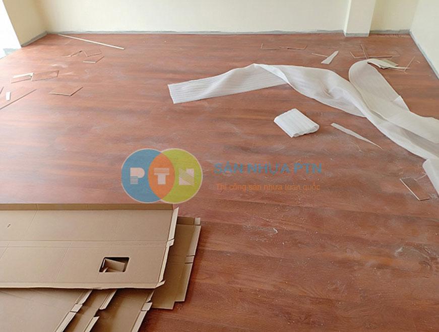 Thi công sàn nhựa hèm khóa tại Long Biên 2