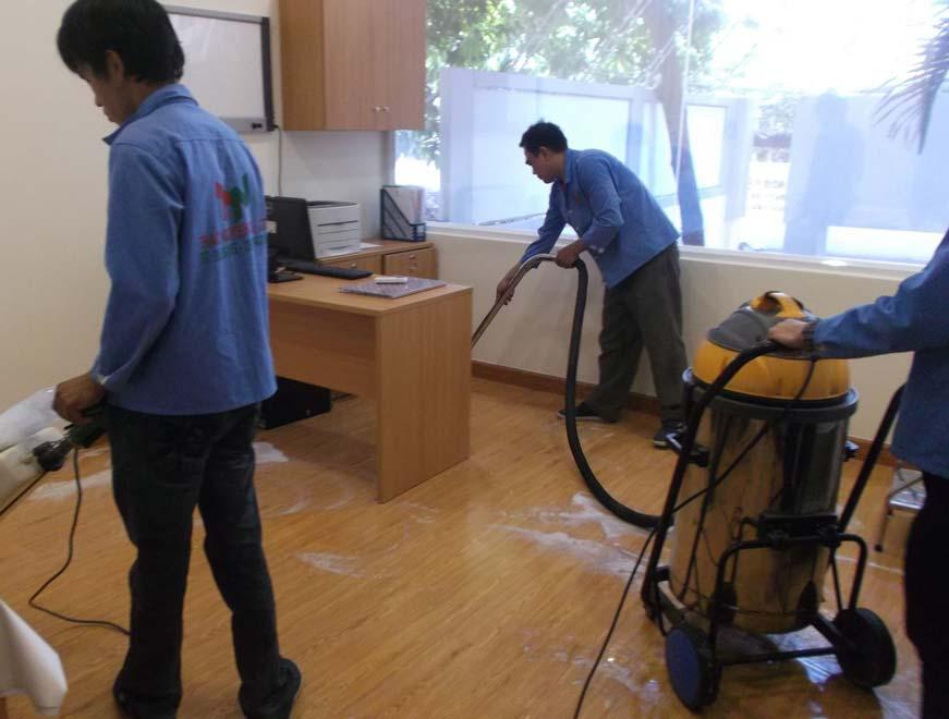 sử dụng chất tẩy rửa để vệ sinh sàn nhựa